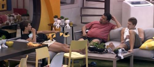 Babu, Felipe e Lucas conversam na área externa. (Reprodução/TV Globo)
