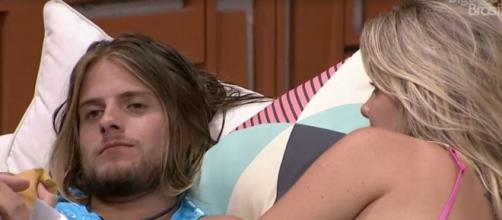 Daniel e Marcela conversam sobre Pyong. (Reprodução/TV Globo)