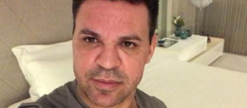 Eduardo Costa posta foto com arma na mão. (Arquivo Blasting News)