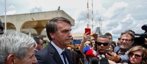 Em frente ao Palácio do Planalto, o presidente Jair Bolsonaro insulta a repórter do jornal a Folha de São Paulo. (Arquivo Blasting News)