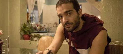 Sandro tenta alertar Raul sobre falsidade de Álvaro em 'Amor de Mãe'. (Reprodução/TV Globo)