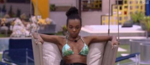 Thelma chora por estar passando fome dentro do confinamento. (Reprodução/TV Globo)