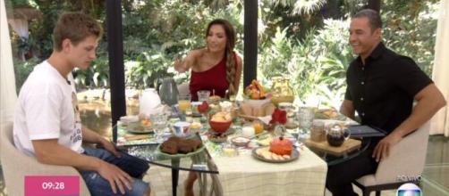 'BBB20': Lucas recebe água no café da manhã do 'Mais Você'. (Reprodução/Rede Globo)