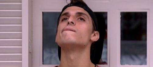 Felipe Prior fica pensativo no quarto vila após a saída de Lucas Gallina do 'BBB20'. (Reprodução/TV Globo)