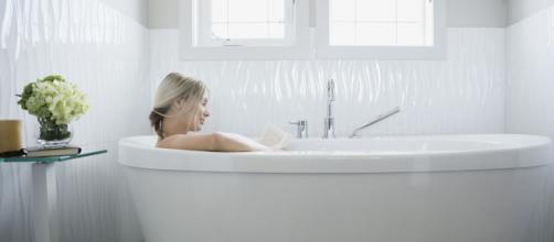 Los baños en tina permiten más tiempo para la relajación del cuerpo y la mente. - glamour.mx