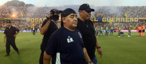 Maradona se retira de la cancha de Central tras perder 1 a 0