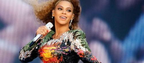 Durante a turnê de Beyoncé no Brasil em 2013, a cantora americana exigiu em seu camarim papel higiênico vermelho. (Arquivo Blasting News)