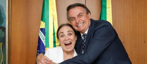 Presidente Bolsonaro feliz com Regina Duarte na Secretaria de Cultura. (Arquivo Blasting News)