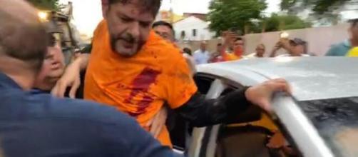 Cid Gomes é socorrido após ser baleado. (Reprodução).