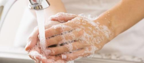 Lavarse las manos de manera incorrecta puede propagar enfermedades. - radioamerica.hn