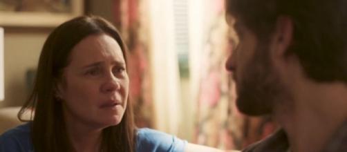 Thelma perceberá que Danilo é o filho perdido da amiga em 'Amor de Mãe'. (Reprodução/TV Globo)