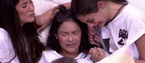 Emparedada e em prantos, Flayslane foi consolada pelas amigas Bianca e Mari: a imagem virou meme. (Reprodução/TV Globo)