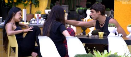Felipe conversa com Flayslane e Bianca sobre Daniel no 'BBB20'. (Reprodução/TV Globo)
