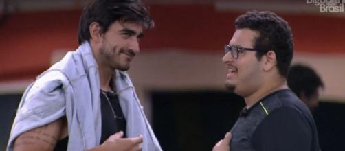 Guilherme conversa com Victor Hugo na área externa. (Reprodução/TV Globo)