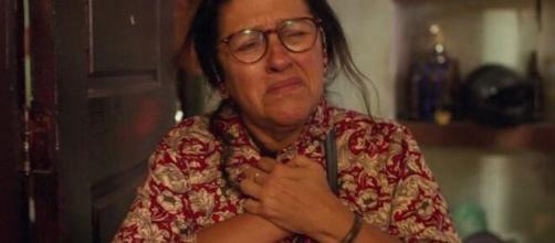 Lurdes (Regina Casé) ainda não encontrou seu Domênico em Amor de Mãe; mistério continua vivo. ( Reprodução/TV Globo )