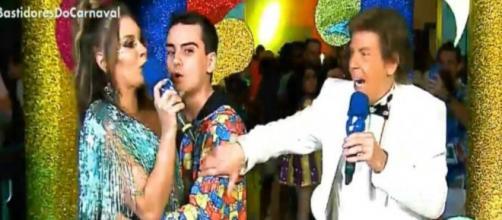 Dudu Camargo tenta beijar Simony a força ao vivo e é impedido por Nelson Rubens. (Reprodução/Rede TV)