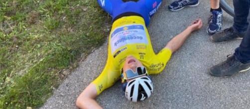 Remco Evenepoel esausto all'arrivo della quarta tappa della Volta Algarve