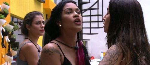"""Participantes do """"BBB20"""" brigam por causa de comida. (Reprodução/TV Globo)"""