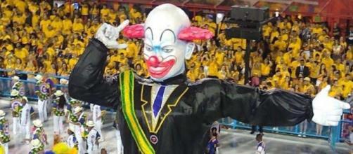 Bolsonaro se pronuncia após ser alvo das escolas de samba. (Reprodução/TV Globo)