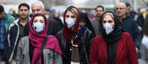 Donne iraniane con dispositivi di protezione dal coronavirus