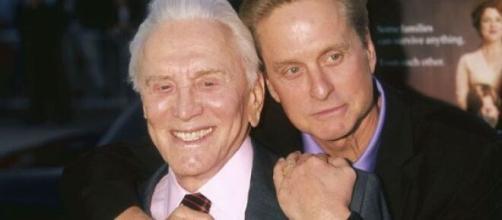 Kirk Douglas junto a su hijo Michael. Foxnews