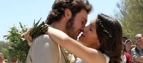 Megan Montaner y Álex Gadea en un episodio de 'El secreto de Puente Viejo' (Antena 3)
