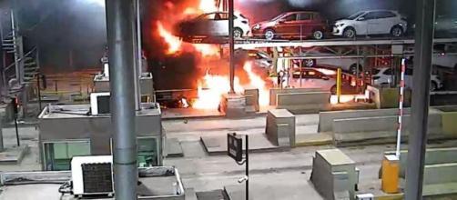 Imagens mostraram caminhão pegando fogo. (Reprodução)