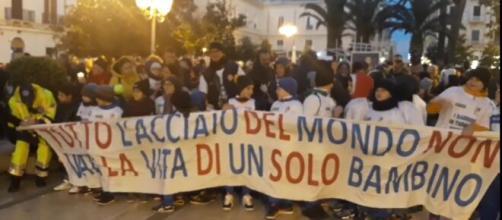 Lo striscione simbolo della protesta di Taranto contro l'inquinamento prodotto dall'ex Ilva.