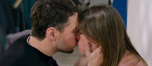 Un posto al sole: Leonardo (Erik Tonelli) bacia appassionatamente Serena (Miriam Candurro).