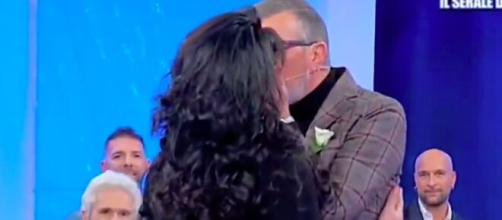 Uomini e Donne: Marcello dà l'esclusiva ad Anna Maria, l'accoglie in studio baciandola sulle labbra