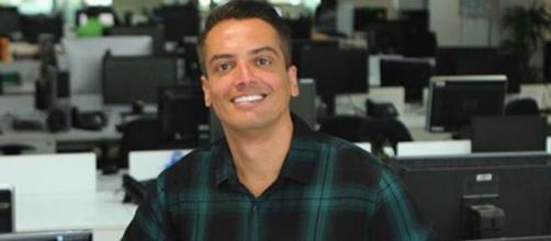 Leo Dias beija apresentador na televisão. (Arquivo Blasting News)