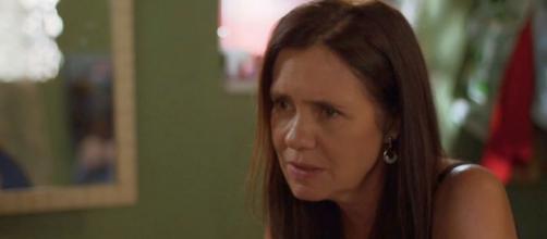 """Thelma vai contratar uma farsante para enganar o filho em """"Amor de Mãe"""". (Reprodução/TV Globo)"""