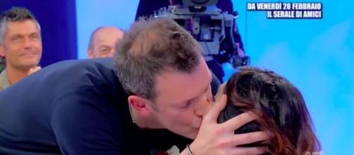 Uomini e Donne: Michele bacia Barbara per la prima volta al centro dello studio