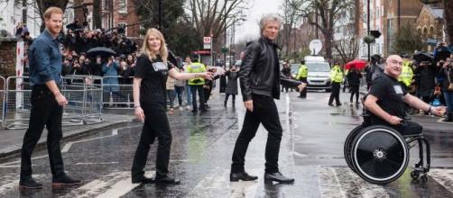 El príncipe Harry junto a Bon Jovi y miembros de la fundación Invictus. / vanityfair.com