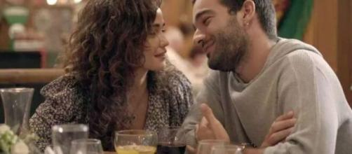 Érica e Sandro trocam olhares apaixonados em cena de 'Amor de Mãe'. (Reprodução/TV Globo)