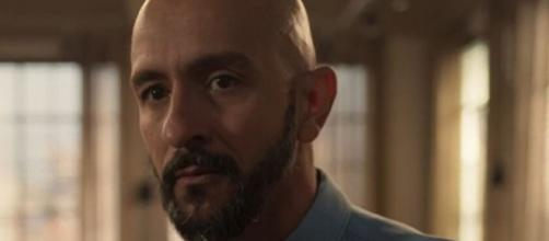 Álvaro empresário terá semana difícil em 'Amor de Mãe'. (Reprodução/TV Globo)