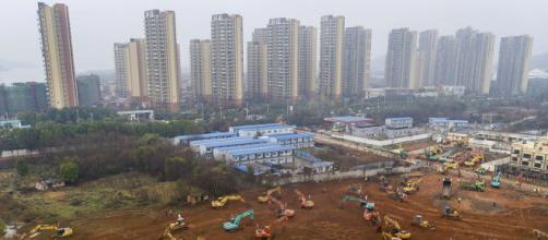 China agilizó las labores para la rápida construcción de un centro hospitalario en Wuhan. - infobae.com