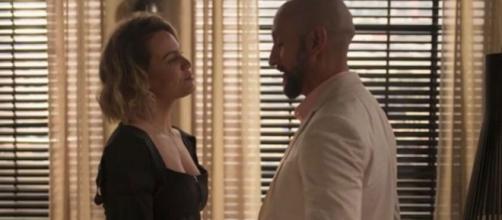 Estela encara Álvaro em cena de 'Amor de Mãe'. (Reprodução/TV Globo)