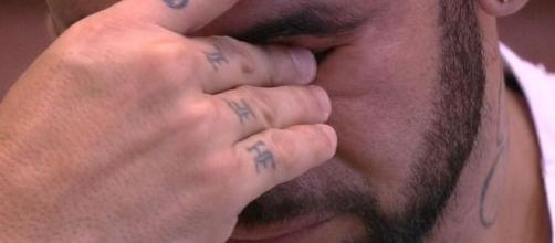 Hadson chora ao falar de treta com as mulheres do 'BBB20'. (Reprodução/TV Globo)