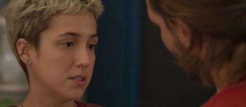 Amanda tentará ataque a Álvaro em 'Amor de Mãe'. (Reprodução/TV Globo)