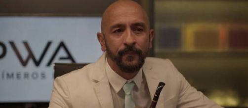 """Após fazer Nuno ser seu """"laranja"""" na compra, empresário é passado para trás em 'Amor de Mãe'. (Reprodução/TV Globo)"""