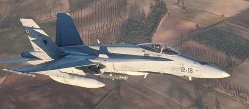 El F-18, Poker 81, intercepta al avión de Air Canadá averiado y empieza a revisar sus daños