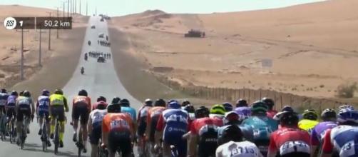 Il gruppo spezzato dal vento nella prima tappa del Saudi Tour