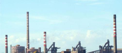 L'impianto siderurgico dell'ex Ilva, che costituisce la più grande acciaieria d'Europa.