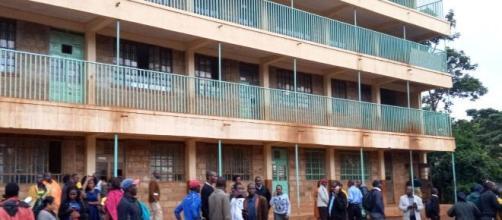Pais e professores esperam notícias após tumulto em escola primária no Quênia deixar crianças mortas por pisoteamento. (Arquivo Blasting News)