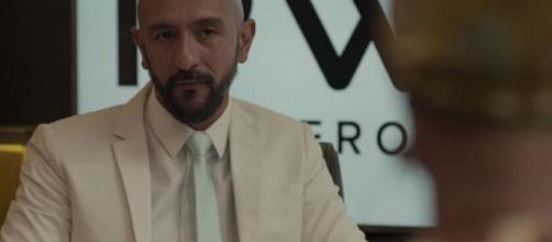 Passado de Álvaro começa a vir à tona em 'Amor de Mãe'. (Reprodução/TV Globo)