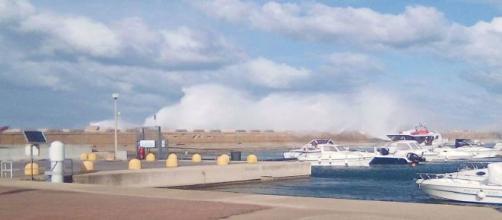 Brindisi, tempesta su tutta la costa, mare a forza 9