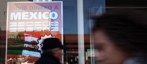 El récord histórico que alcanzaron las remesas a México este año contribuirán al fortalecimiento de la economía. - univision.com
