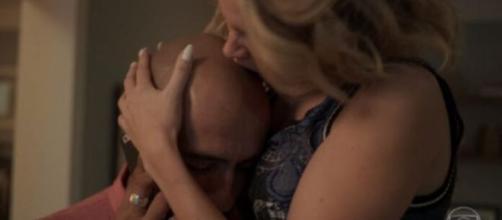 Estela morde a careca de Álvaro em 'Amor de Mãe'. (Reprodução/TV Globo)