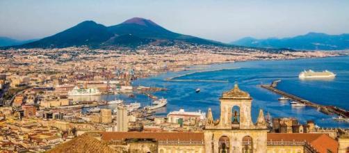Napoli è la città in cui è cresciuta Anna Solaro, protagonista del romanzo di Lorenza Cozzolino.